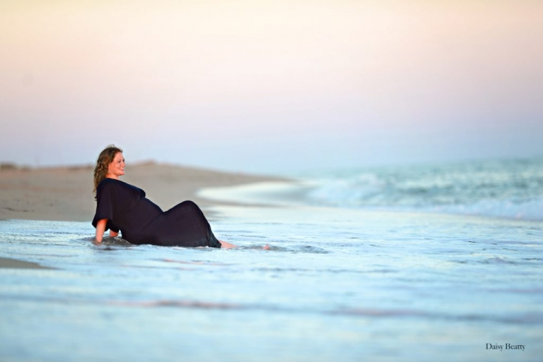 beach maternity portrait in nantucket by nyc family photographer daisy beatty