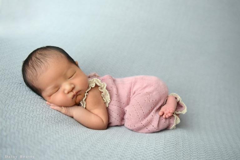 Newborn photographer daisy beatty doing at home newborn shoot in brooklyn.