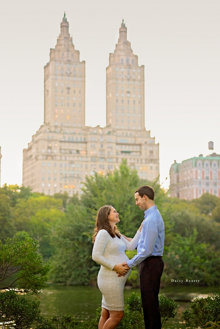 best outdoor maternity photos nyc by daisy beatty