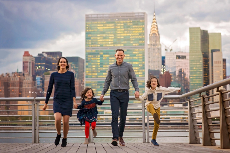 family photo with nyc skyline in the background by manhattan photographer daisy beatty